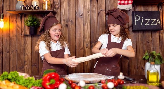 Come fare la pizza a casa: ricetta, impasto, temperatura del forno e falsi miti