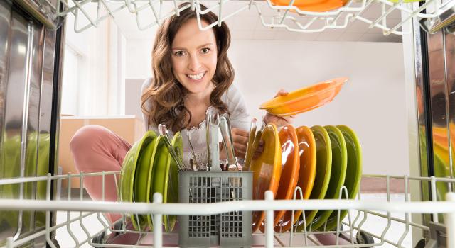 Lavare i piatti: conviene con la lavastoviglie o a mano?