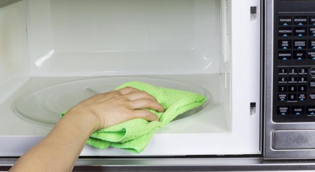 Come pulire il microonde: trucchi e consigli