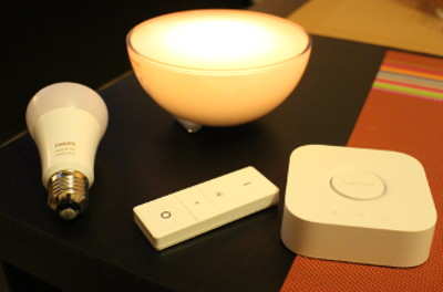 Philips Hue bridge con lampada e lampadina