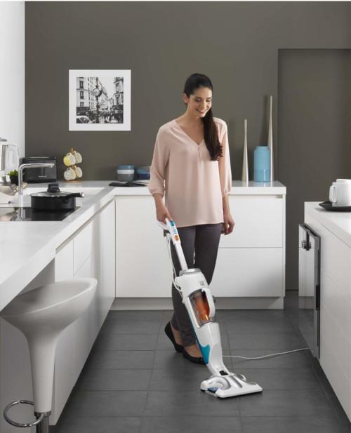 scopa a vapore rowenta donna che pulisce i pavimenti