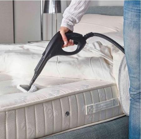 Pulire il materasso con il pulitore a vapore