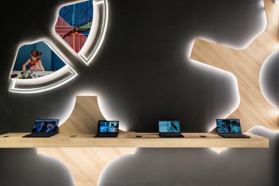 Spazio Lenovo a Milano con computer Lenovo