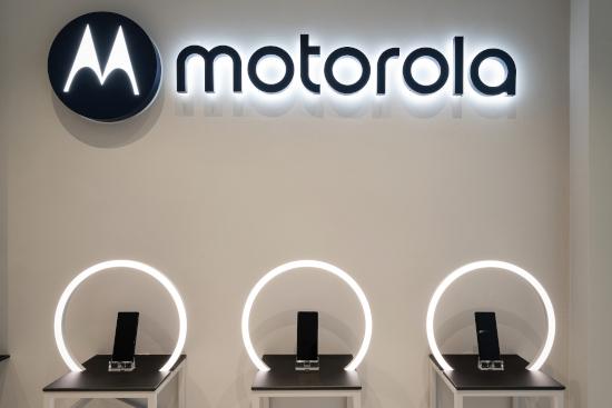 Spazio Lenovo a Milano con smartphone Motorola
